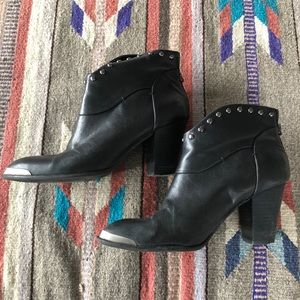 B Makowsky Black Leather 8.5 Ankle Boot
